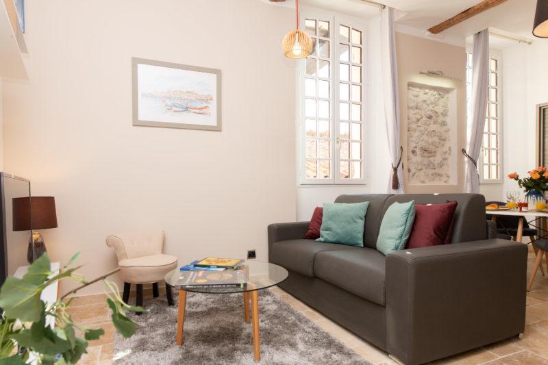 2 - LIVING ROOM
